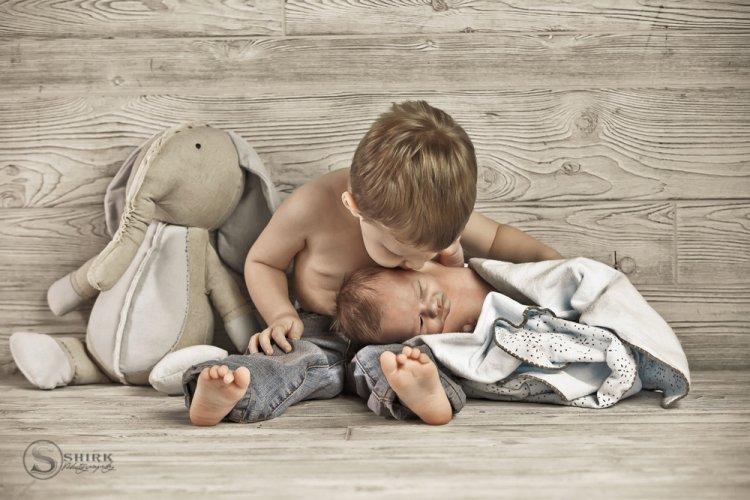 Shirk-Photography-Family-Portraits-Iowa-Creative-Brother-Kiss-Newborn