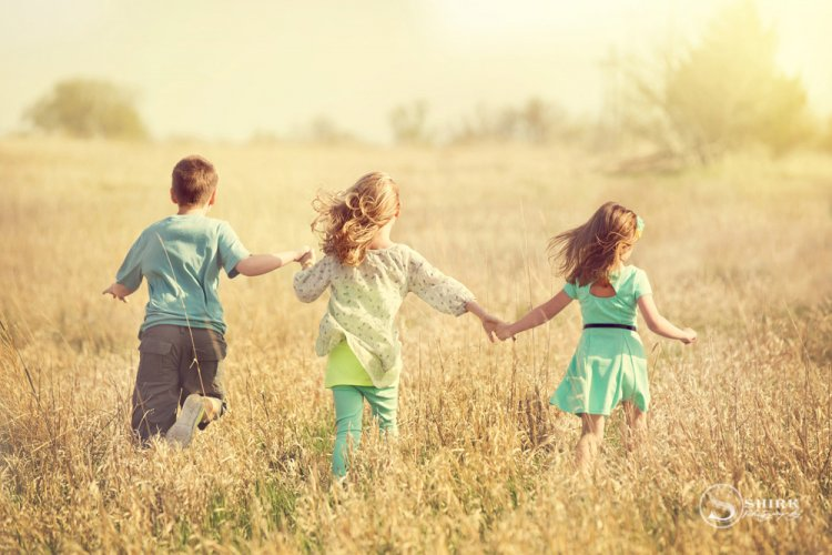 Shirk-Photography-Family-Portraits-Iowa-Creative-Children-Running-Long-Grass