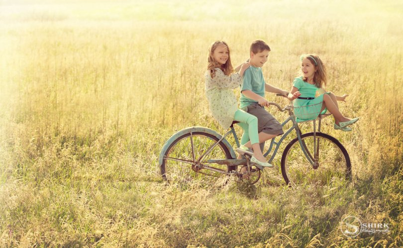 Shirk-Photography-Family-Portraits-Iowa-Creative-Riding-a-Bike-Brother-Sisters