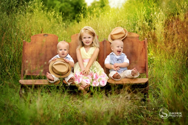 Shirk-Photography-Family-Portraits-Iowa-Creative-Sister-Brothers-Outside