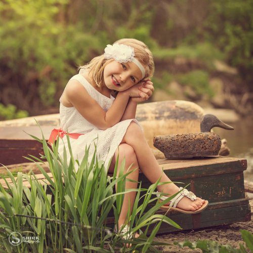 Shirk-Photography-Family-Portraits-Iowa-Creative-Trunk-Daughter-Smile
